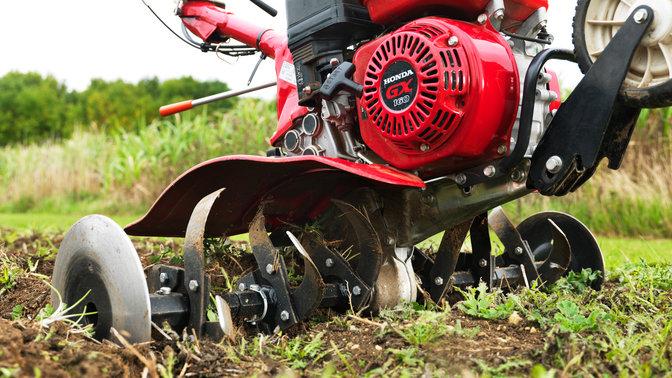 Dettaglio del motore di una motozappa compatta, luogo di utilizzo: giardino.